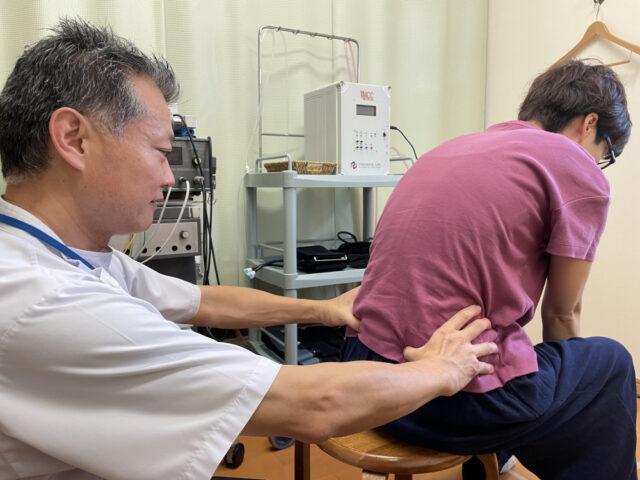 座位で骨盤の動きを検査